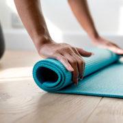 Yoga tegen een opgeblazen gevoel